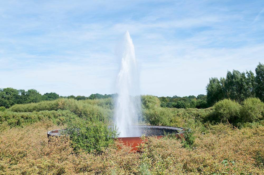 DEU,Deutschland,Nordrhein-Westfalen, Bad Oeynhausen - Wasserkrater, Aqua Magica.  Ein natürlicher Wasserkrater  der in unregelmäßigen Abständen eine Fontäne erzeugt   |  englisch