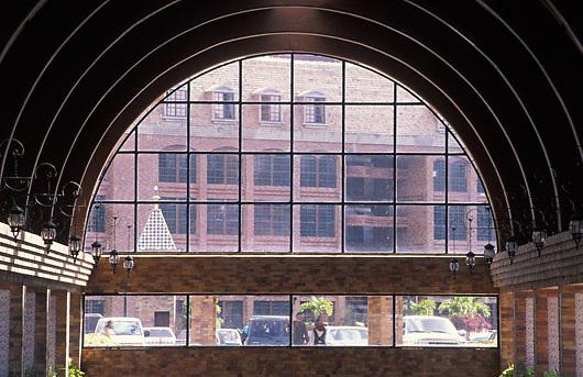 Ventanal de vidrio en interior del Centro Comercial La Cascada, Estado Miranda, Venezuela