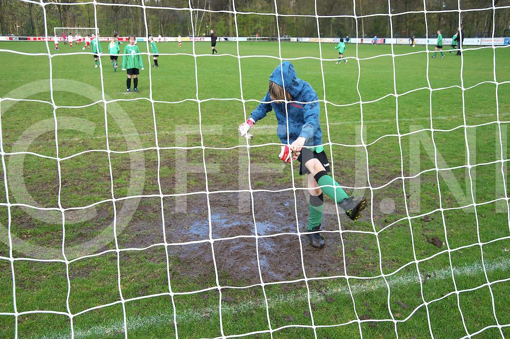 DALFSEN - Schoolvoetbal..Keeper probeert de modder in zin doelgebied weg te krijgen..FFU PRESS AGENCY COPYRIGHT FRANK UIJLENBROEK..
