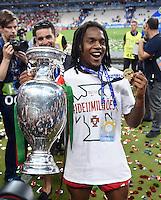 FUSSBALL EURO 2016 FINALE IN PARIS  Portugal - Frankreich     10.07.2016 Renato Sanches (Portugal) mit EM Pokal und Goldmedaille