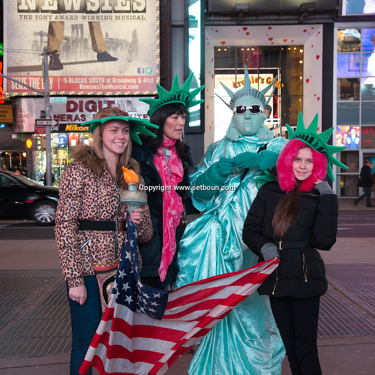 New York. Times square. human sculpture,in the streets, statue of liberty  in Times square area. New york - United states  Manhattan /  sculpture humaine, statue de la liberte New york - Etats unis
