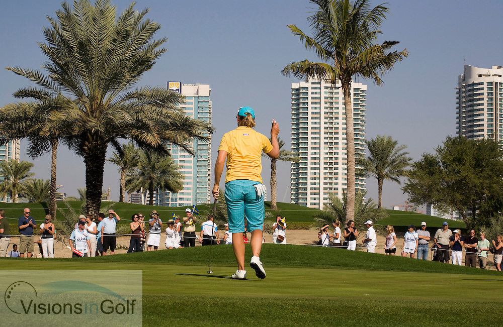 Annika Sorenstam is thanking the spectators on the 12th green during her last competitive hole of her last tournament of her career at the Dubai Ladies Masters on the Majlis at Emirates GC. Ladies European Tour. 081214<br /> <br /> Mandatory Picture Credit:  Christer Hoglund / www.visionsingolf.com