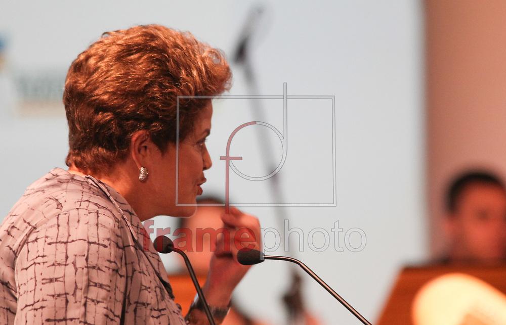 Brasilia, 08-10-2013. Presidenta Dilma Roussef, durante abertura da III Confererncia Global sobre trabalho infantil parabeniza a orquestra sinfonica de Heliopolis por tocar tico tico no fubá, no hotel Royal Tulip. Foto: Joel Rodrigues/FRAME