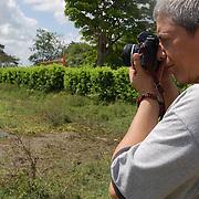 PEDRO ABASCAL / FOTÓGRAFO CUBANO<br /> Guasdualito, Estado Apure - Venezuela 2007<br /> (Copyright © Aaron Sosa)<br /> <br /> Artista que ha participado en diversas exposiones tanto nacionales como internacionales. Se empeña en reflejar a través del lente escenas y objetos sencillos y cotidianos mutándolos en arte. En su obra resulta esencial el empleo de las transparencias, la mirada elíptica y se evidencia gran poder de síntesis y capacidad a la hora de plasmar detalles y contrastes. Sus logrados encuadres, las temáticas abordadas, el escultórico tratamiento de la luz, y la evidente fuerza visual de sus piezas, convierten a este creador en uno de los imprescindibles en el devenir fotográfico cubano contemporáneo