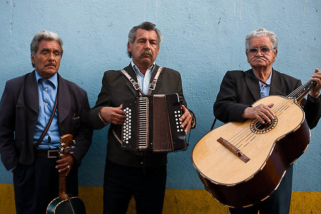 America, Mexico, Baja, Ensenada. street musicians plying norteño music. - 20.03.2010, DIGITAL PHOTO, 50 MB, copyright: Alex Espinosa/Gruppe28.