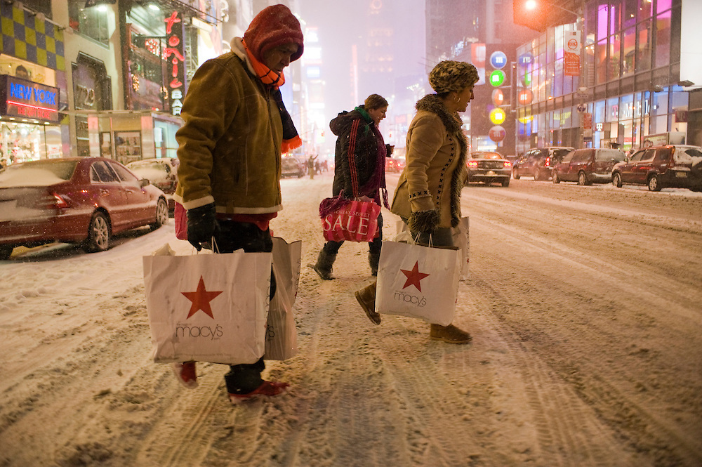Shoppers in Times Square, New York.The first blizzard in New York City at the end of 2010 on Dezember 26.Der erste Scheesturm des Winters 2010/2011 am 26. Dezember