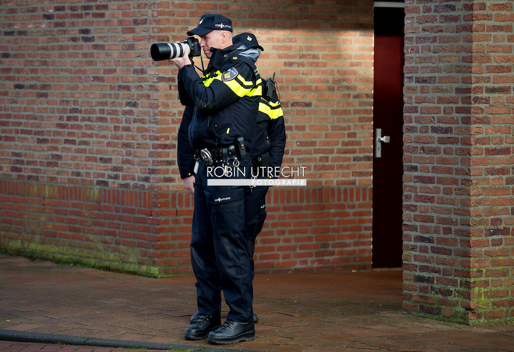 SPIJKENISSE - een agent met go pro camera  op zijn uniform filmen en fotograferen van verdachten Na de massale aanrandingen van vrouwen in onder meer Keulen, deelt de PVV-leider Geert Wilders met partijgenoten op de Markt in Spijkernisse als actie een 'verzetsspray' uit aan vrouwen. Het is een spray met een kleurstof, als legaal alternatief zelfverdedigingsmiddel voor de verboden pepperspray. de PVV'ers verspreidden ook flyers tegen de mogelijke komst van asielzoekers naar Spijkenisse.  De politie arresteert actievoerders tijdens het bezoek van PVV-fractievoorzitter Geert Wilders aan Spijkenisse. Hij deelt hier verzetsspray uit aan vrouwen. Dit doet hij als actie na de massale aanrandingen van vrouwen in onder meer Keulen. COPYRIGHT ROBIN UTRECHT
