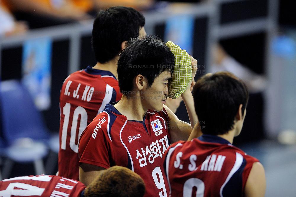 08-07-2010 VOLLEYBAL: WLV NEDERLAND - ZUID KOREA: EINDHOVEN<br /> Nederland verslaat Zuid Korea met 3-0 / Dong Jin Kang met een ijszak<br /> ©2010-WWW.FOTOHOOGENDOORN.NL