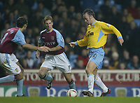 Fotball<br /> Carling Cup England<br /> 03.12.2003<br /> Aston Villa v Crystal Palace<br /> Shaun Derry - Palace<br /> Thomas Hitzlsperger - Villa<br /> Foto: Anders Hoven, Digitalsport