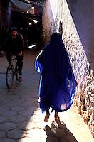 Maroc - Anti Atlas - Taroudant - Le souk arabe - Femme en voile bleu