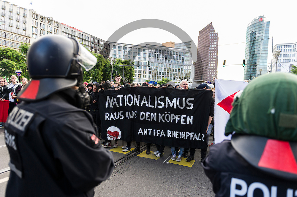 &quot;Nationalismus raus aus den K&ouml;pfen Antifa Rheinpfalz&quot; steht w&auml;hrend der Demonstration der rechtsextremen Identit&auml;ren Bewegung am 17.06.2016 in Berlin, Deutschland auf dem Transparent von Gegendemonstranten. Mehre hundert Menschen demonstrierten gegen den ersten Marsch der rechtsextremen Identit&auml;ren Bewegung in Deutschland. Foto: Markus Heine / heineimaging<br /> <br /> ------------------------------<br /> <br /> Ver&ouml;ffentlichung nur mit Fotografennennung, sowie gegen Honorar und Belegexemplar.<br /> <br /> Bankverbindung:<br /> IBAN: DE65660908000004437497<br /> BIC CODE: GENODE61BBB<br /> Badische Beamten Bank Karlsruhe<br /> <br /> USt-IdNr: DE291853306<br /> <br /> Please note:<br /> All rights reserved! Don't publish without copyright!<br /> <br /> Stand: 06.2016<br /> <br /> ------------------------------