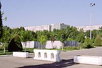 """Das öffentliche Leben in Usbekistan ist eine Balance aus Angst und Arrangement mit dem System. Der Überwachungsapparat ist lückenlos und er erschöpft sich nicht latenten Polizeikontrollen durch die Miliz.  Die Kontrolle der Bürger manifestiert sich im Modus einer Architektur der Disziplinierung, wie sie der französische Philosoph Michel Foucault in seinem Buch """"Überwachen und Strafen"""" formuliert hat: <br /> <br /> """" (...) die Schaffung eines bewußten und permanenten Sichtbarkeitszustandes beim Gefangenen, der das automatische Funktionieren der Macht sicherstellt. Die Wirkung der Überwachung ist permanent, auch wenn ihre Durchführung sporadisch ist; die Perfektion der Macht vermag ihre tatsächliche Ausübung überflüssig zu machen; der architektonische Apparat ist eine Maschine, die ein Machtverhältnis schaffen und aufrechterhalten kann, welches vom Machtausübenden unabhängig ist; die Häftlinge sind Gefangene einer Machtsituation, die sie selber stützen."""" // Michel Foucault. Überwachen und Strafen. Frankfurt. 1994. S. 254. <br /> <br /> Nicht nur in der Hauptstadt Taschkent wird das Gefüge einer zur Norm gewordenen Kontrolle durch die architektonische Organisation der sozialen Welt offensichtlich. Verwaiste Plätze, leergefegte Straßen und menschenleere Parks  sind das Resultat einer ubiquitären Machtinstanz, die in Usbekistan sehr weit in das alltägliche Leben der Menschen hineinreicht. <br /> <br /> """"Diese Anlage ist deswegen so bedeutend, weil sie die Macht automatisiert und entindividualisiert. Das Prinzip der Macht liegt weniger in einer Person als vielmehr in einer konzertierten Anordnung von Körpern, Oberflächen, Lichtern und Blicken; in einer Apparatur, deren innere Mechanismen das Verhältnis herstellen, in welchem die Individuen gefangen sind."""" / ebd. <br /> <br /> Fernab der prachtvollen Moscheen, der Basare und der Einkaufsstraßen begegnen die Usbeken tagtäglich der diktatorischen Illusion eines artifiziellen Normalzustandes, der sich in der Architektur des S"""