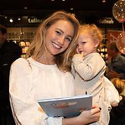 NLD/Amstelveen/20181109- Boekpresentatie Jim Bakkum 'Dadoe en zijn vriendjes' , Kelly Weekers en dochter Scottie Anne Mari