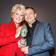 NLD/Amsterdam/20150529 - Uitreiking Johan Kaart prijs 2015, Simone Kleinsma met haar prijs en Jon van Eerd