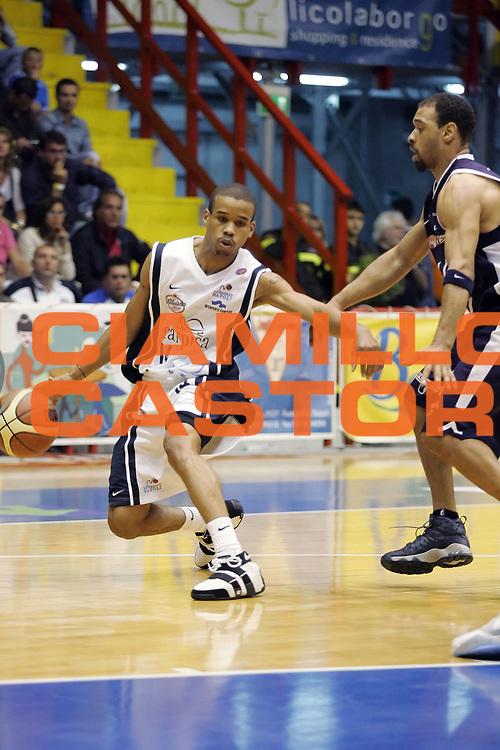 DESCRIZIONE : Napoli Lega A1 2005-06 Play Off Semifinale Gara 2 Carpisa Napoli Climamio Fortitudo Bologna<br /> GIOCATORE : Greer<br /> SQUADRA : Carpisa Napoli<br /> EVENTO : Campionato Lega A1 2005-2006 Play Off Semifinale Gara 2 <br /> GARA : Carpisa Napoli Climamio Fortitudo Bologna<br /> DATA : 04/06/2006 <br /> CATEGORIA : Palleggio<br /> SPORT : Pallacanestro <br /> AUTORE : Agenzia Ciamillo-Castoria/A. De Lise