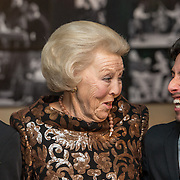 NLD/Amsterdam/20161114 - Prinses Beatrix aanwezig bij de 19e editie van het Balletgala van Stichting Dansersfonds '79, Prinses Beatrix met de prijswinnaars