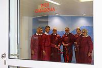 Mannheim. 28.07.17   Neue Stammzell-Transplantationseinheit<br /> <br /> Die Eingangstür ist dicht geschlossen, der Zugang nur noch über spezielle Luftschleusen möglich: Mit einem symbolischen Türschluss hat die Universitätsmedizin Mannheim (UMM) jetzt eine der weltweit modernsten Transplantations- einheiten für blutbildende Stammzellen in Betrieb genommen. Ab August können in Mannheim etwa 60 Patienten mit Blutkrebs-Erkrankungen pro Jahr transplantiert werden &ndash; rund doppelt so viele wie bisher.<br /> <br /> &bdquo;Das Universitätsklinikum Mannheim ist ein überregional bedeutendes Zentrum für schwere Blutkrebs-Erkrankungen&ldquo;, betonte Oberbürgermeister Dr. Peter Kurz, der auch Aufsichtsratsvorsitzender<br /> des Klinikums ist. &bdquo;Mit der neuen Station und der angeschlossenen Ambulanz profitieren jetzt noch mehr Patienten aus Mannheim, der Metropolregion Rhein-Neckar und weit darüber hinaus von der speziellen Expertise und der lebensrettenden Behandlung.&ldquo;<br /> <br /> - v.l. PROFESSOR DR. MED. FREDERIK WENZ, PD DR. MED. STEFAN KLEIN, PROF. DR. MED. WOLF-K. HOFMANN, DR. J&Ouml;RG BLATTMANN, Dr. Peter Kurz, PROFESSOR DR. MED. SERGIJ GOERDT, Christian Specht und Dr. Ulrike Freundlieb.<br /> <br /> <br /> BILD- ID 0560  <br /> Bild: Markus Prosswitz 28JUL17 / masterpress (Bild ist honorarpflichtig - No Model Release!)