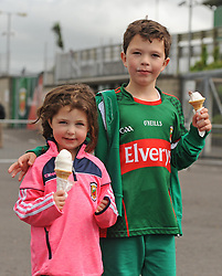 Young Mayo fans Sophie and Gary Brennan from Ballina keeping their cool with Ice Cream on their way to watch Mayo v Derry.<br />Pic Conor McKeown