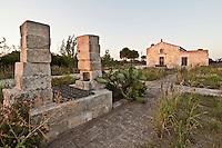 Santo Solomo è una chiesetta situata sulla strada che da Botrugno conduce a Sanarica. La chiesa di San Solomo fu costruita dal barone Giacomo Maramonte nella metà del XV secolo. Successivamente passò ai marchesi Castriota, come si evince da un'epigrafe latina incassata nella parete absidale, e dal 1841 appartenne alla parrocchia di Castiglione che dopo un secolo e mezzo l'ha ceduta al Comune di Botrugno..Rimasta per decenni in stato di abbandono, fu consolidata e ristrutturata tra il 2000 e il 2004. Presenta una pianta longitudinale ad aula unica, con copertura a doppio spiovente in canne e tegole, suddivisa in due ambienti da un arco a tutto sesto. Sulla parete di fondo è addossato l'altare maggiore, di cui rimane solo la mensa modanata sorretta da due piedritti lisci, affiancato da due mensole con funzione di pastoforia. Sulla parete destra della chiesa è situato un riquadro leggermente rientrante nel quale sono visibili deboli tracce di colore di un affresco raffigurante San Solomo. Questo santo, assolutamente sconosciuto sia dalla Chiesa romana che da quella ortodossa, nel basso Salento è presente anche nella cripta di Sant'Elena di Uggiano la Chiesa e nella Basilica di Santa Caterina d'Alessandria in Galatina. Nei secoli scorsi godette di una certa notorietà ed era festeggiato tre volte l'anno (il 20 maggio, il 21 giugno e il 18 novembre). Esternamente possiede una facciata a capanna con portale d'ingresso architravato e sormontato da una finestra centinata. È dotata di un piccolo campanile a vela. Sul lato destro è addossato un ambiente a pianta quadrangolare del XVIII secolo con funzione di casa dell'oblato. (fonte Wikipedia)