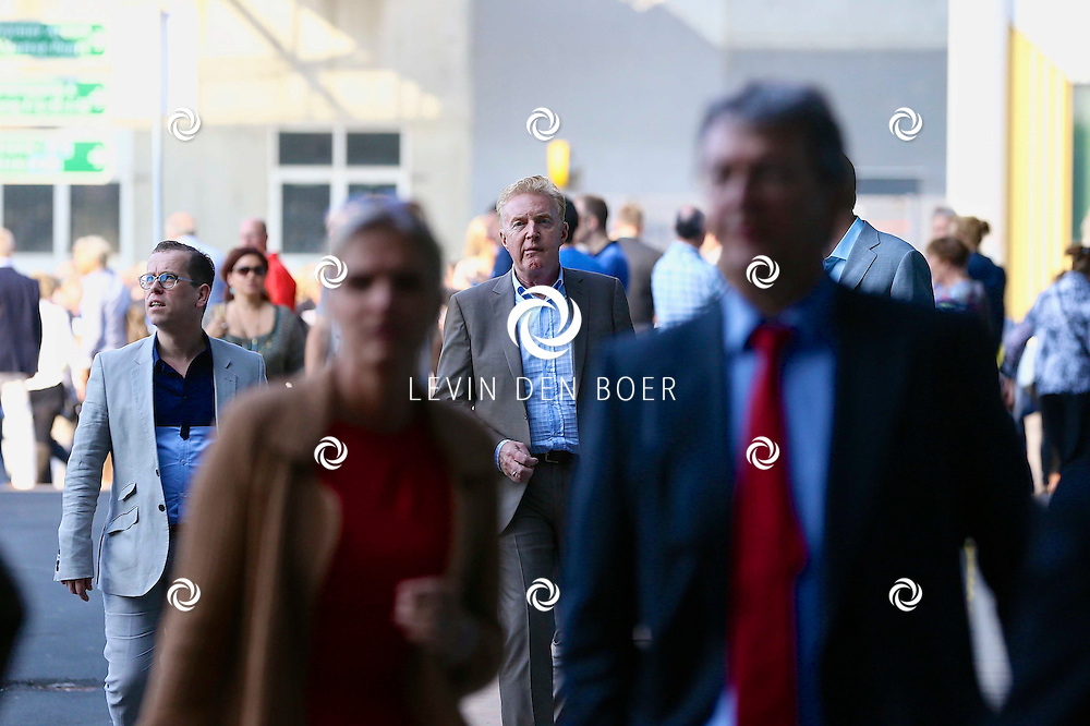 AMSTERDAM - Niet eerder trad de 71-jarige theaterdiva Barbra Streisand op in Nederland. Ze doet Nederland aan in het kader van haar tournee Barbra Streisand Live. Velen bekende Nederlanders kwamen natuurlijk hier een kijkje nemen. Met op deze foto  André van Duin met zijn partner Martin Leferink. FOTO LEVIN DEN BOER - PERSFOTO.NU