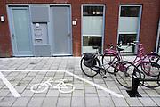 In Utrecht is naast een fietsenrek ook een ruimte aangegeven waar fietsen kunnen staan die niet (meer) in het rek passen.<br /> <br /> In Utrecht a spot is marked next to a bicycle rack for bikes that don't fit in the racks (anymore).