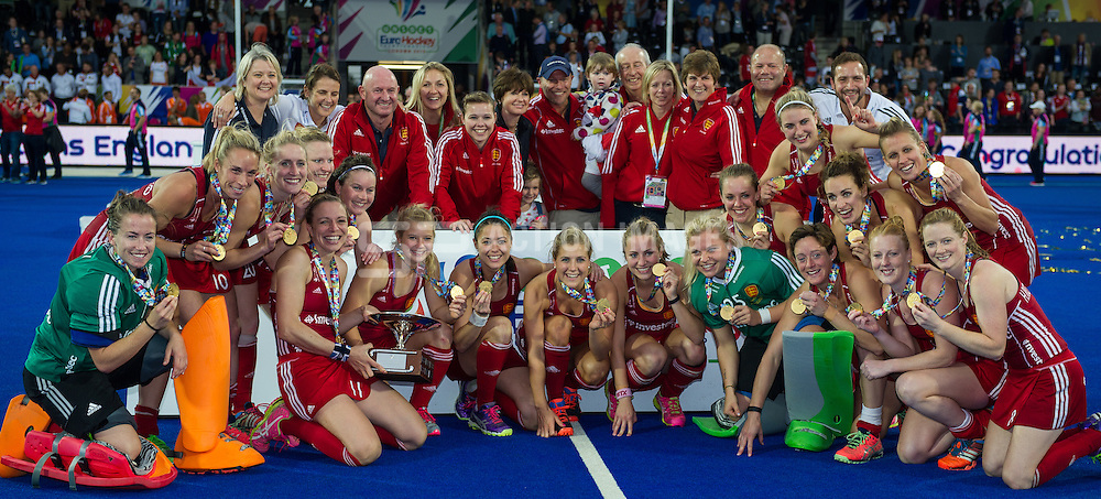 The England team with their gold medals. England v The Netherlands - Final Unibet EuroHockey Championships, Lee Valley Hockey & Tennis Centre, London, UK on 30 August 2015. Photo: Simon Parker