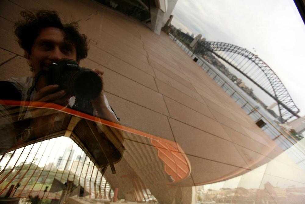 Sydney,<br /> A &ldquo;downtown&rdquo; come&ccedil;ava a animar-se com os executivos dirigindo-se aos escrit&oacute;rios e os primeiros turistas a chegarem &agrave; &ldquo;Opera House&rdquo;. Ali estava eu, reflectido nos seus vidros atestando a mim pr&oacute;prio que tinha mesmo chegado &agrave; Austr&aacute;lia.