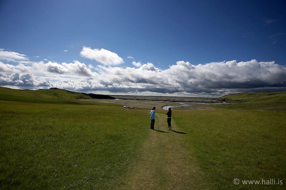 Women standing close to thr canyon Fjadrargljufur near Kirkjubaejarklaustur on the south coast of Iceland - Tvær konur standa á göngustíg skammt frá Fjaðrárgljúfri við Kirkjubæjarklaustur,