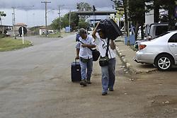 April 16, 2018 - Pacaraima, Brazil - PACARAIMA, RR - 16.04.2018: VENEZUELANS ENTERING BRAZIL - Venezuelans entering Brazil dragging suitcases at the border in Pacaraima / RR. (Credit Image: © Fabio GonçAlves/Fotoarena via ZUMA Press)