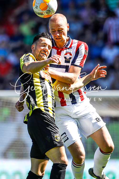 *Thomas Bruns* of Vitesse, *Elmo Lieftink* of Willem II
