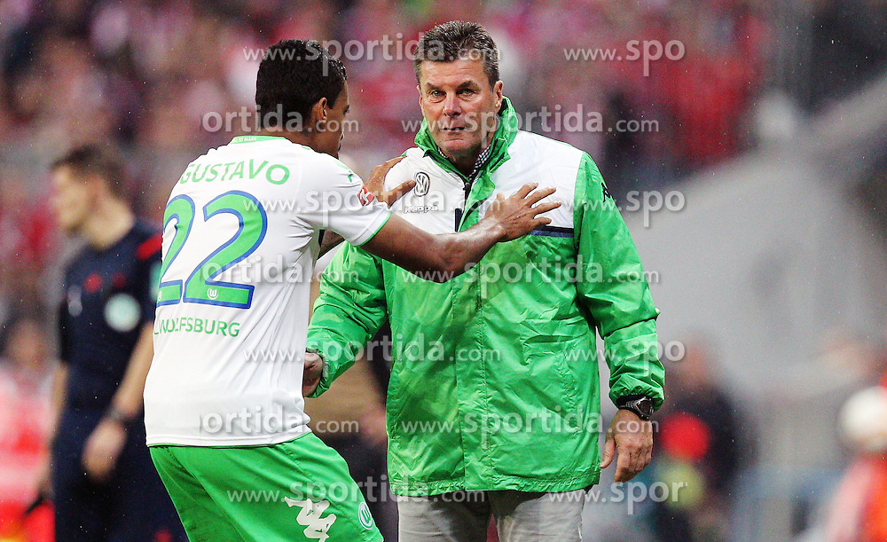 22.09.2015, Allianz Arena, Muenchen, GER, 1. FBL, FC Bayern Muenchen vs VfL Wolfsburg, 6. Runde, im Bild l-r: Luiz Gustavo #22 (VfL Wolfsburg) bekommt von Chef-Trainer Dieter Hecking (VfL Wolfsburg) anweisungen // during the German Bundesliga 6th round match between FC Bayern Munich and VfL Wolfsburg at the Allianz Arena in Muenchen, Germany on 2015/09/22. EXPA Pictures &copy; 2015, PhotoCredit: EXPA/ Eibner-Pressefoto/ Kolbert<br /> <br /> *****ATTENTION - OUT of GER*****