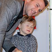 NLD/Amsterdam/20121113 - Presentatie DE Sinterklaasboekjes 2012, Winston Gerstanowitz met  zijn zoontje