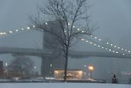 New York under the snow Manhattan skyline and Brooklyn bridge on east river, view from Brooklyn bridge park, / Brooklyn bridge sous la neige. face au skyline des gratte-ciel de Manhattan devant l'east river   Brooklyn,