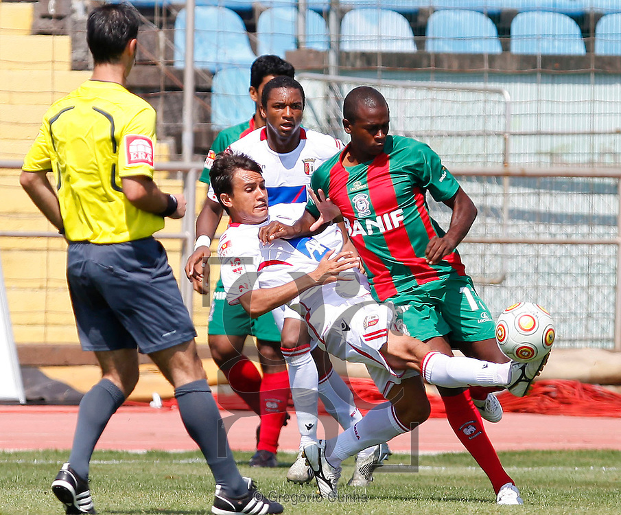 Braga player, Mossoro (L), fights for the ball with Maritimo opponent, Kanu (R) , during their first league soccer match held at the Barreiros stadium, Funchal, Madeira Island, Portugal, 13 Setember 2009..Photo Gregorio Cunha.Estadio dos Barreiros, Liga Portuguesa.Maritimo vs Braga.Mossoro e Kanu.Foto Gregorio Cunha.