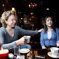 Nederland, Muiden , 24 februari 2012..Ex WK schaatskampioenen Renate Groenewold meets Yvonne van Gennip in gesprek met elkaar in café restaurant Floris in Muiden...Foto:Jean-Pierre Jans