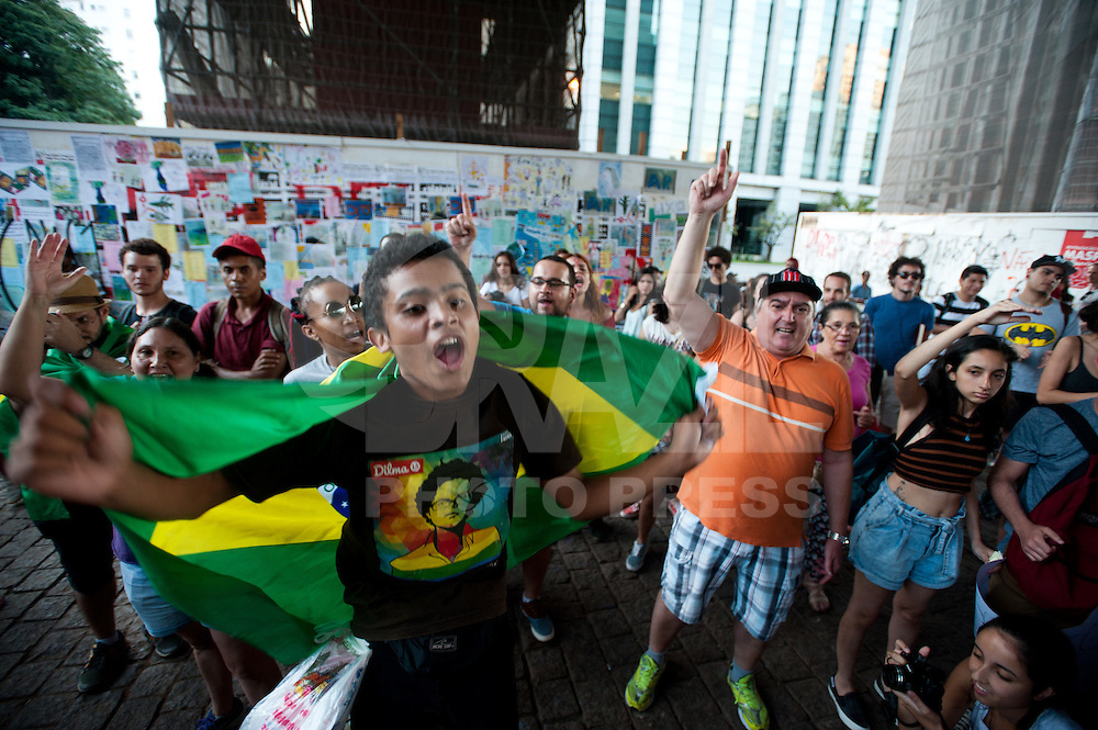 SÃO PAULO, SP, 21.04.2016 - PROTESTO-SP - Manifestantes realizam um protesto contra o impeachment da presidente Dilma Rousseff na avenida Paulista durante a tarde desta quinta-feira 21. (Foto: Gabriel Soares/Brazil Photo Press)