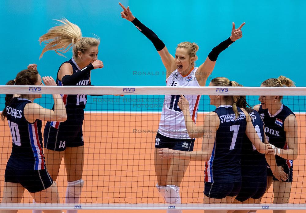 20-05-2016 JAP: OKT Italie - Nederland, Tokio<br /> De Nederlandse volleybalsters hebben een klinkende 3-0 overwinning geboekt op Italië, dat bij het OKT in Japan nog ongeslagen was. Het met veel zelfvertrouwen spelende Oranje zegevierde met 25-21, 25-21 en 25-14 / Laura Dijkema #14, Debby Stam-Pilon #16