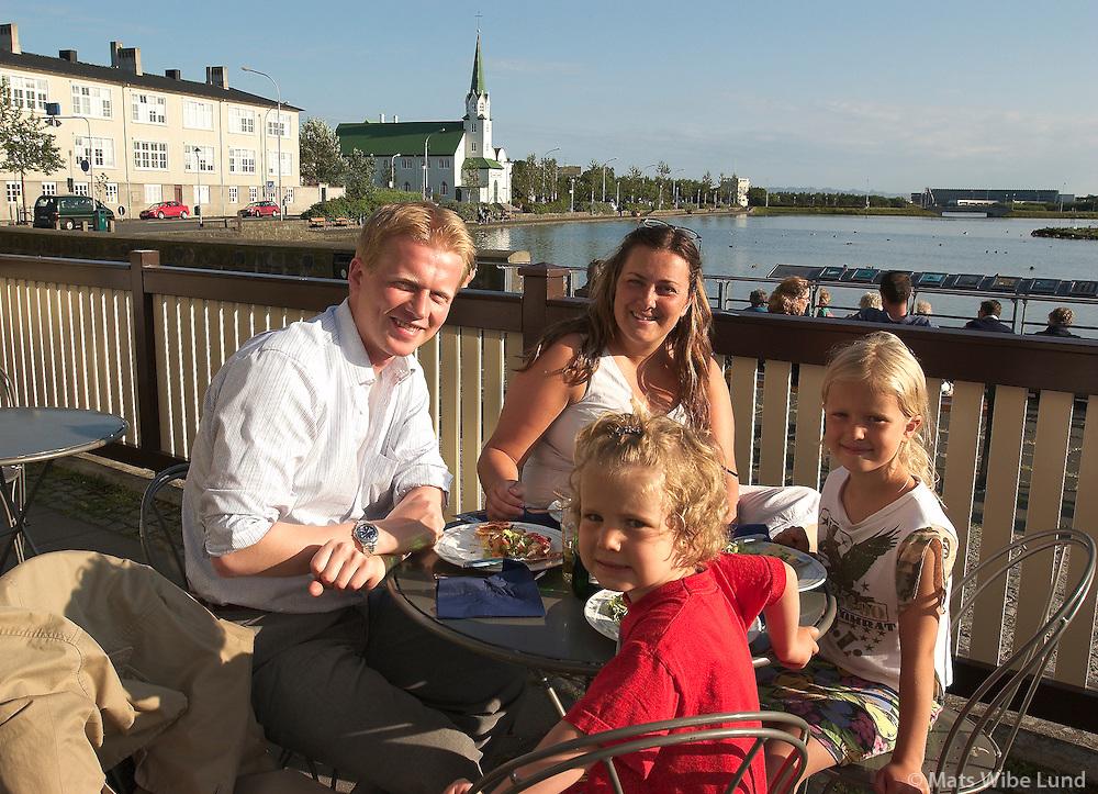 Sumarkvöld við Tjörnin, Leo Hauksson og fjölskylda.Summerevening at Lake Tjornin in Reykjavik