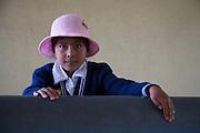 rentre?e scolaire .Quartier populaire d'El Alto, dans les hauteurs de La Paz en Bolivie. Jeune e?colie?re dans son joli costume brode? et son joli chapeau de laine rose. Malgre? leurs faibles revenus familiaux, les enfants des quartiers populaires sont toujours bien habille?s pour l'e?cole. .