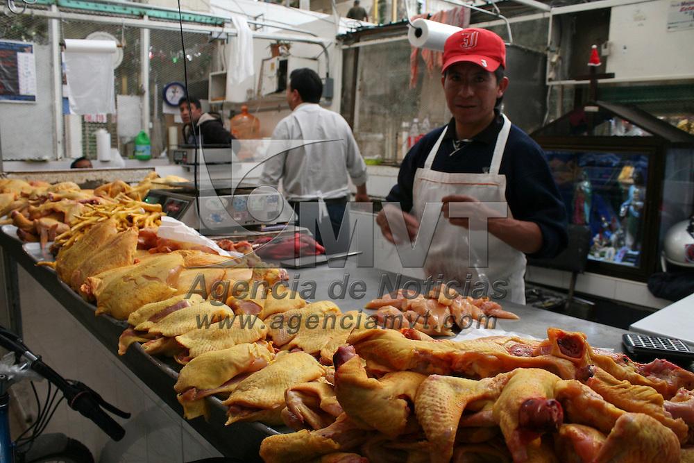 Toluca, México.- Comerciantes del Mercado 16 de Septiembre espera que este  jueves mejoren sus ventas de productos como pescado seco, pollo, pescado fresco y verduras como romeros y nopales.  Agencia MVT / José Hernández