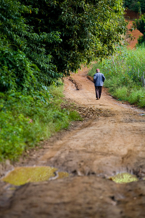 Muniz Freire_ES, Brasil...Homem caminhando em trecho da Rota Imperial...A man walking on dirt road, it is Imperial Route...Foto: LEO DRUMOND / NITRO