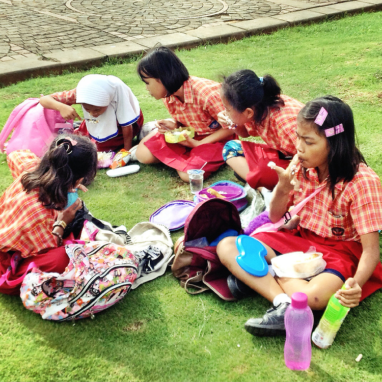 Elementary students enjoy their lunch during a school field trip to Monas.