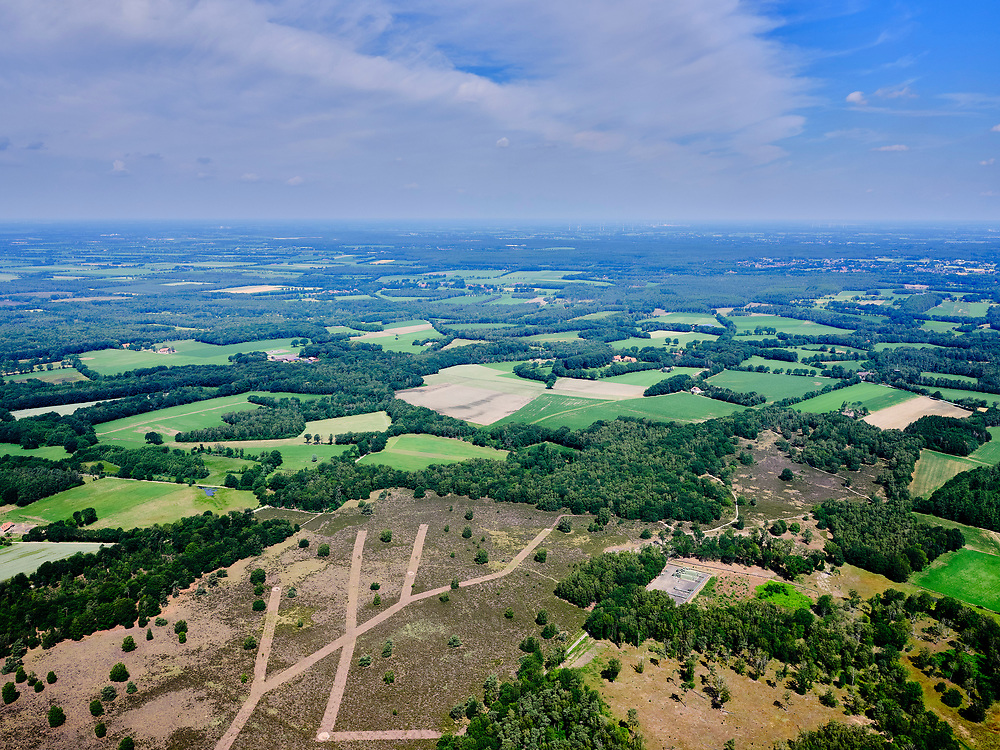 Nederland, Overijssel, Gemeente Dinkelland; 21–06-2020; Hezingen, Springendal, ten noorden van Ootmarsum en ten oosten vanVasse, op de grens met Duitsland. Het natuurgebied grenst aan de open heide. met olie-boorlokatie van de NAM, leefgebied van hagedis en salamander.<br /> Hezingen, Springendal, nature reserve north of Ootmarsum and east of Vasse, on the border with Germany. Habitat of lizard and salamander, partly open heather.<br /> <br /> luchtfoto (toeslag op standaard tarieven);<br /> aerial photo (additional fee required)<br /> copyright © 2020 foto/photo Siebe Swart