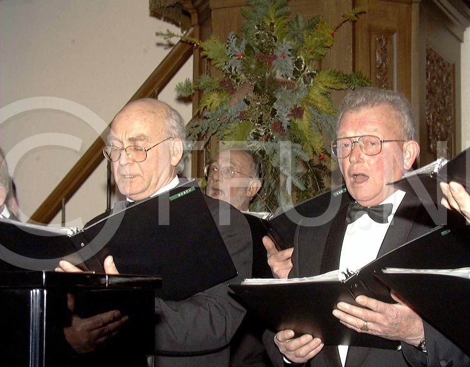 Fotografie Uijlenbroek©1999/michiel van de velde.991221 heino ned.concert diverse koren in de hervormde kerk.heino s mannenkoor  o.l.v gerrit hoekstra