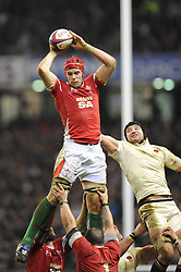 Alun-Wyn Jones (Wales) beats Steve Borthwick (England) in the lineout during the RBS 6 Nations Championship match between England and Wales at Twickenham Stadium on February 6, 2010 in London, England.