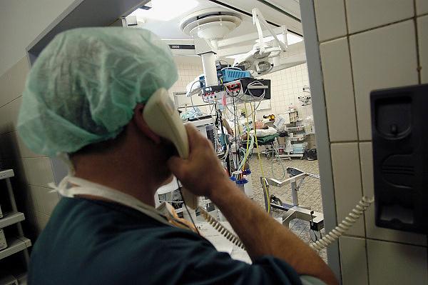 Nederland, Heerlen, 2-7-2004..Operatiekamer coordinator , o.k. in Atrium ziekenhuis Heerlen. gezondheidszorg, ok verpleegkundigen,  assistenten, chirurgie, kosten, wachtlijsten, instrumenten, Medisch specialist, ziekte, transplantatie, donor, anesthesie, werkdruk..Foto: Flip Franssen