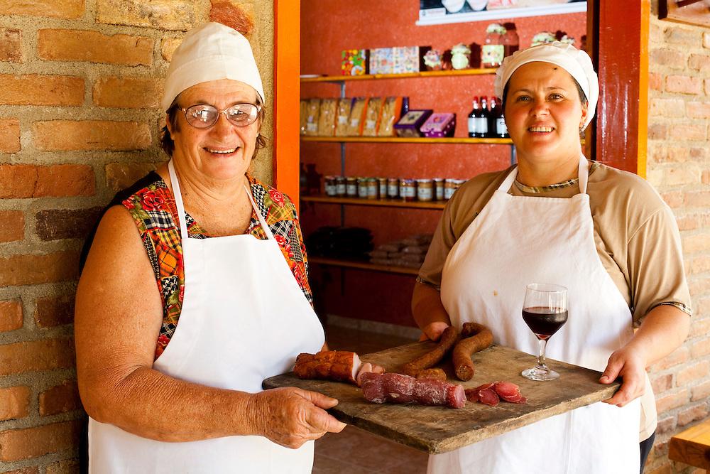 Venda Nova do Imigrante_ES, Brasil...Mulheres da familia Brioshi cozinhando...Women of the Brioshi family cooking...Foto: LEO DRUMOND / NITRO