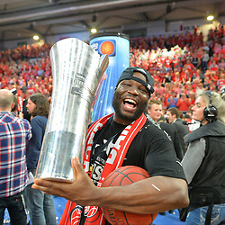 21.06.2015, Brose Arena, Bamberg, GER, Beko Basketball BL, Brose Baskets Bamberg vs FC Bayern Muenchen, Playoffs, Finale, 5. Spiel, im Bild Die Spieler der Brose Baskets Bamberg bejubeln den Gewinn der Deutschen Meisterschaft 2015. Im Bild: Dawan Robinson (Brose Baskets Bamberg) mit Meister-Pokal. // during the Beko Basketball Bundes league Playoffs, final round, 5th match between Brose Baskets Bamberg and FC Bayern Muenchen at the Brose Arena in Bamberg, Germany on 2015/06/21. EXPA Pictures © 2015, PhotoCredit: EXPA/ Eibner-Pressefoto/ Merz<br /> <br /> *****ATTENTION - OUT of GER*****