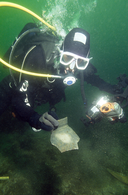 The old middle ages port on Avaldsnes hides a lot of treasures. It was here Olav Trygvasson, the famous viking king, had his main residence. A diver shows a part of a pot. It is between 400 and 600 years old and pre'sumably from Denmark. Location: Norway