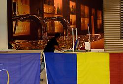 02-10-2013 VOLLEYBAL: WK KWALIFICATIE MANNEN NEDERLAND - ISRAEL: ALMERE<br /> Nederland wint met 3-0 van Israel / Schoonmakers werken tijdens de interland gewoon door. Creative item volleybal<br /> ©2013-FotoHoogendoorn.nl